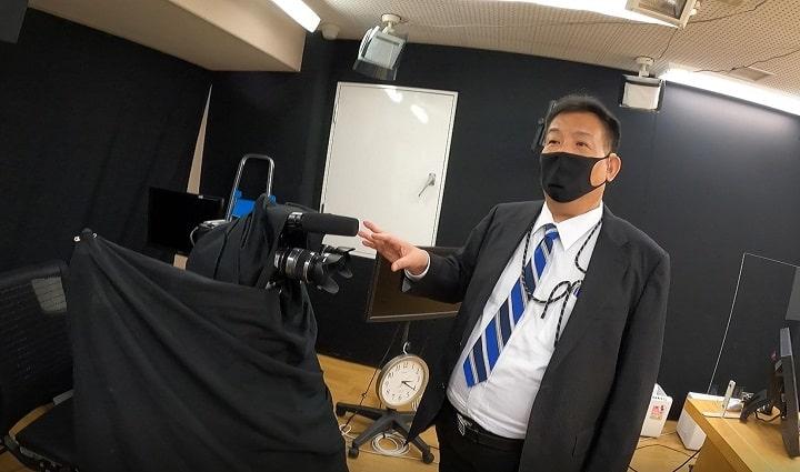 講義映像撮影ルームで説明される山田社長